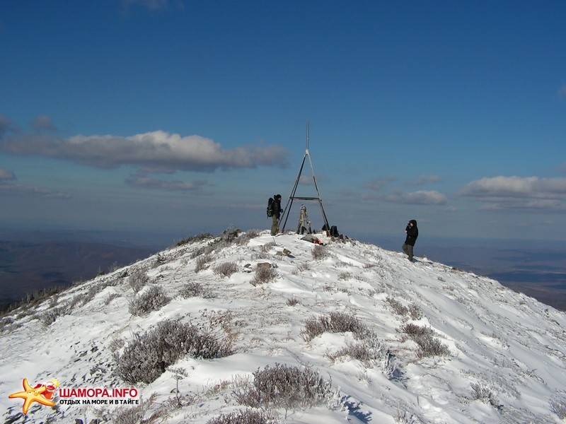 вершина-этакий узкий равнопокатый хребет около 100м в длинну с видом во все стороны | Опять про Лысого
