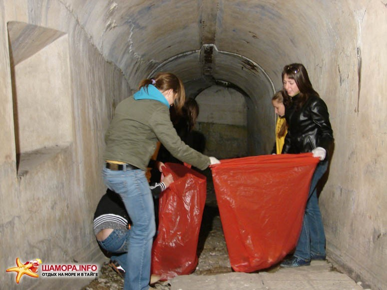 От мусора избавили подземку и наземную часть форта. | Субботник на форте №3 Владивостокской крепости