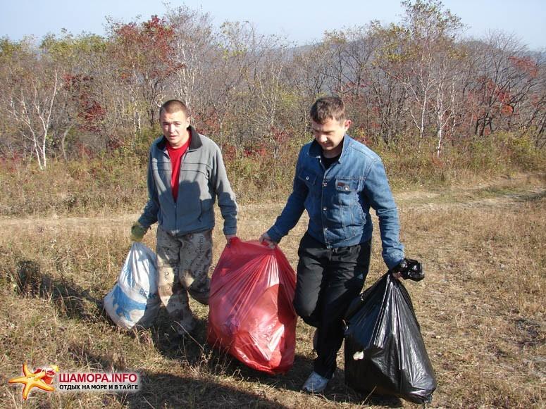 Спонсоры акции помогали и в тяжелой работе :)   Субботник на форте №3 Владивостокской крепости
