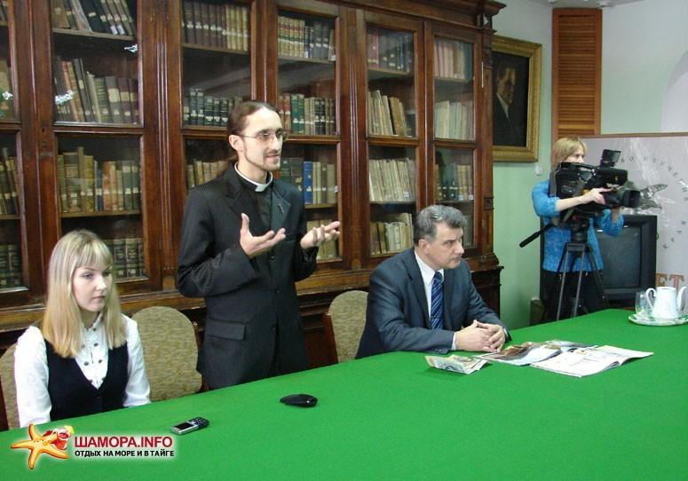 Сотрудник Владивостокского диггер-клуба Виталий Теплов призывает сохранить Владивостокскую крепость не только на бумаге.   Презентация фотоальбома «Крепость Владивостокъ»