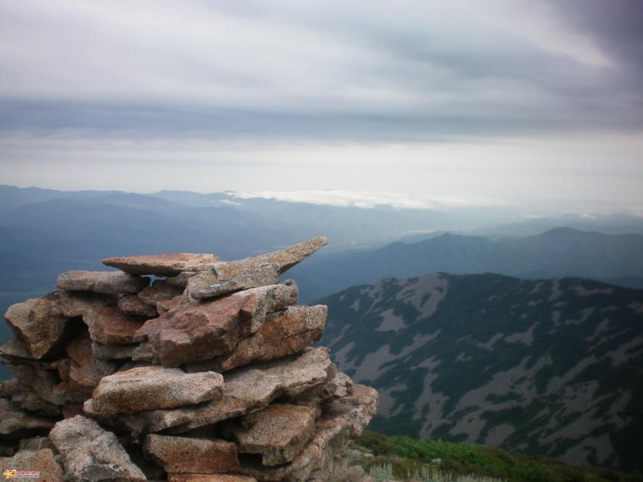 Вид с вершины г.Лысой на восточные хребты г. Белой и г. Синей. Вечер. | г. Лысая (1560 м) (Партизанский хребет)