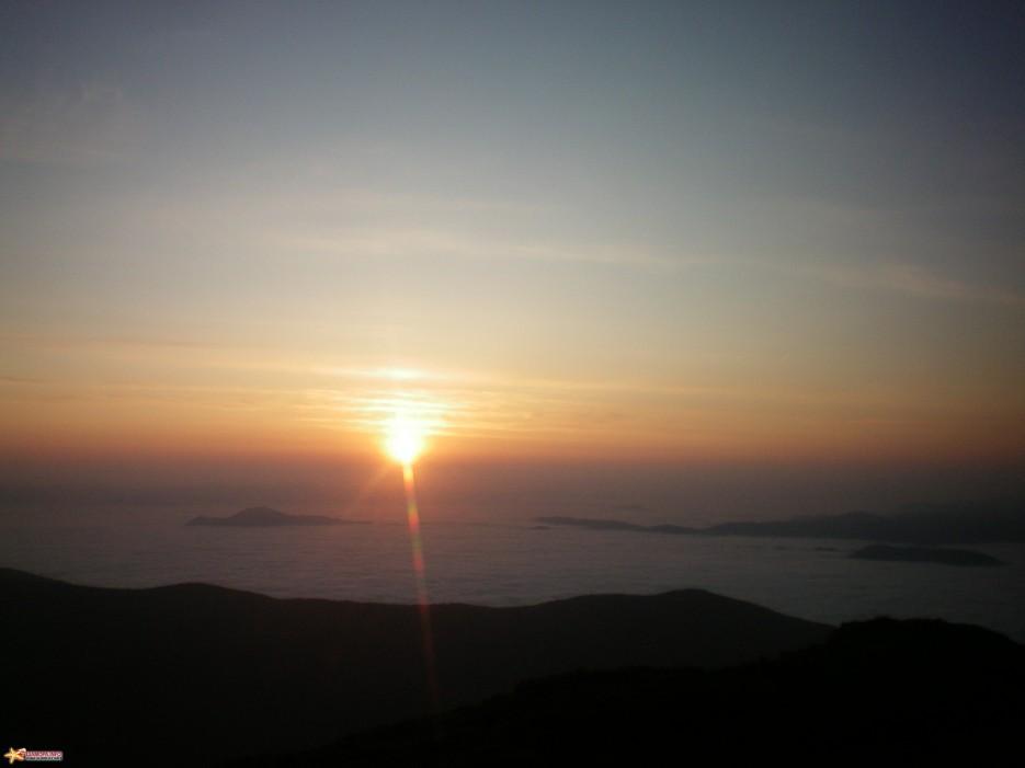Восход над г. Лысой. Долина р. Киевки под облаками.   г. Лысая (1560 м) (Партизанский хребет)