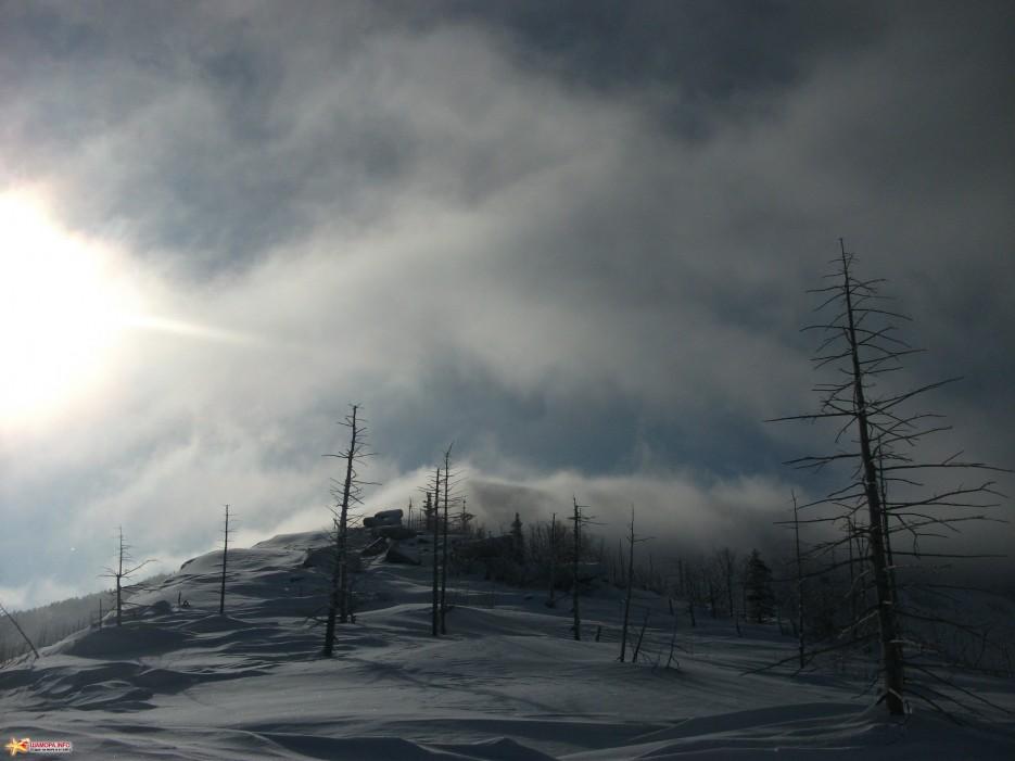 Вершина Пидана закрыта облаками   Какого цвета новогодний снег