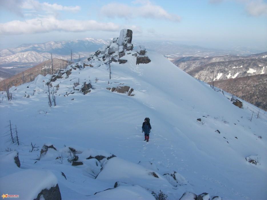 Известный каменный «палец» | Какого цвета новогодний снег