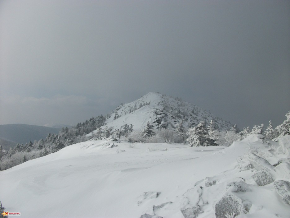 Вершина Пидана Грамотно проложенная тропа обходит предвершину слева минуя большие камни. | На Пидан налегке