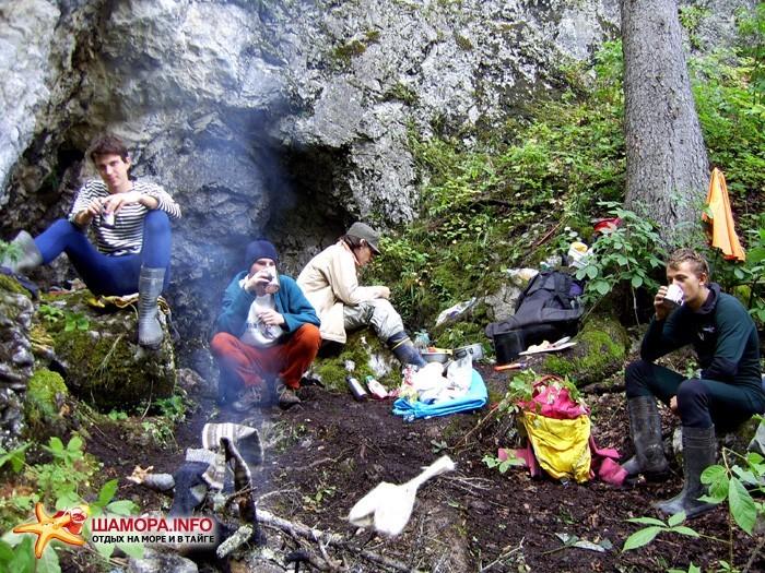 Лагерь спелеологов около входа в пещеру Холодильник | Гора Сахарная Голова