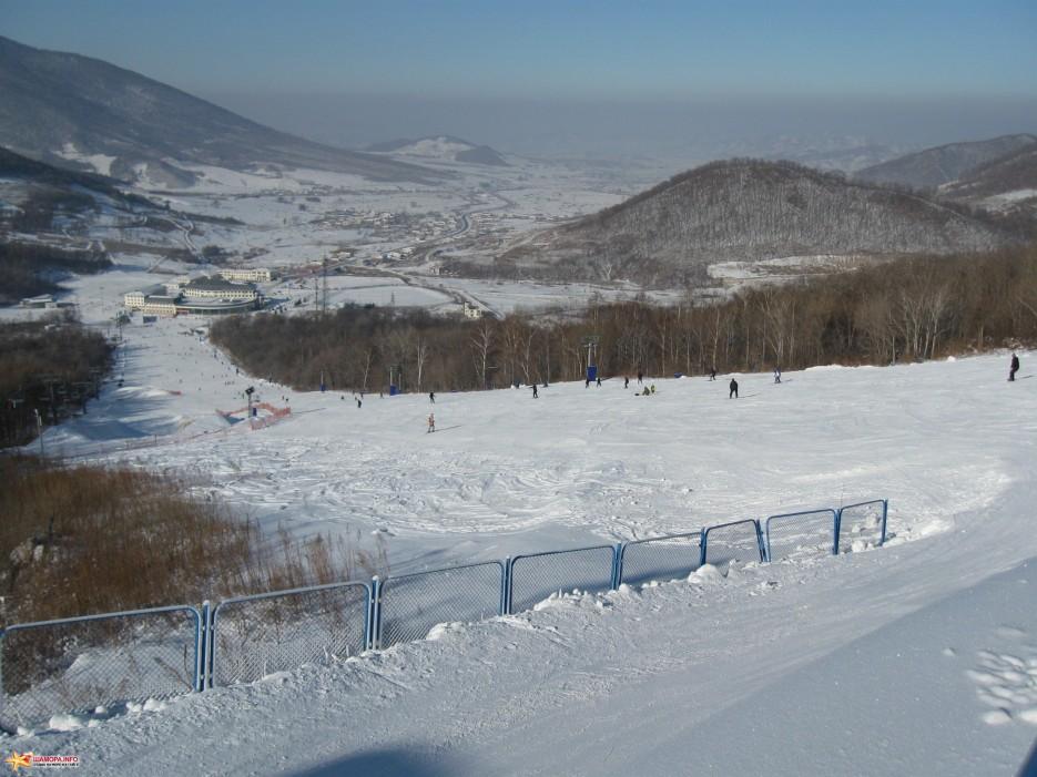вид на бвзу с горы | горнолыжный курорт Байдаху, Китай