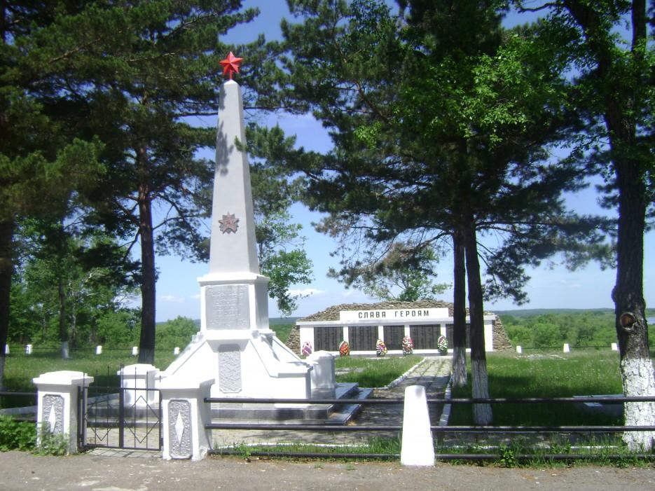 Памятник героям войны в Графском, на границе с Китаем. | Приморье
