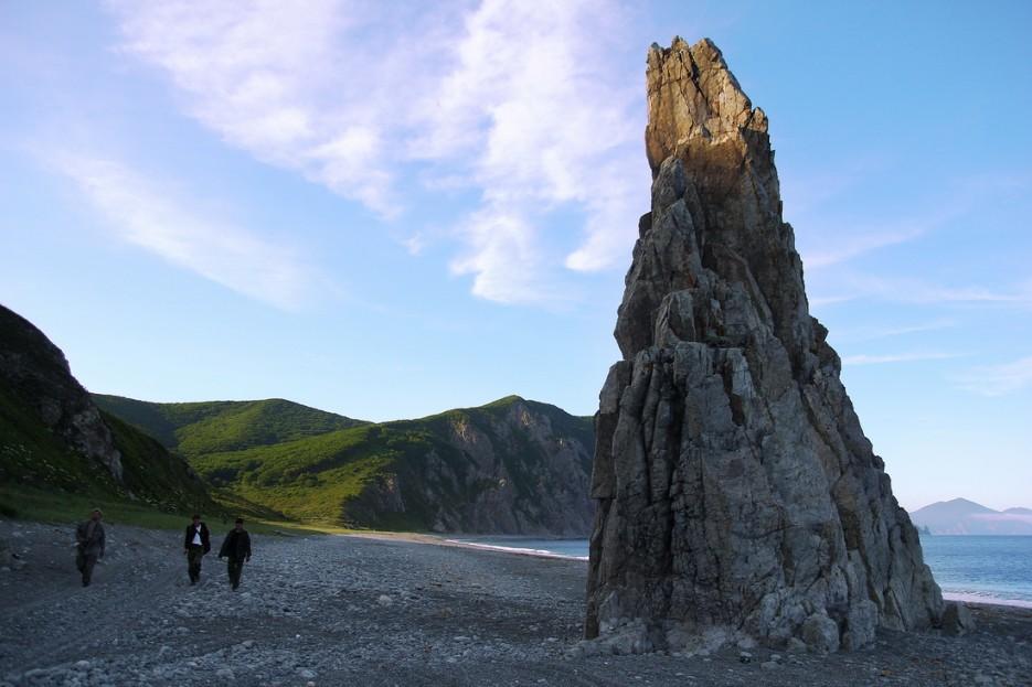 Одинокая скала на берегу | Летние виды Преображения