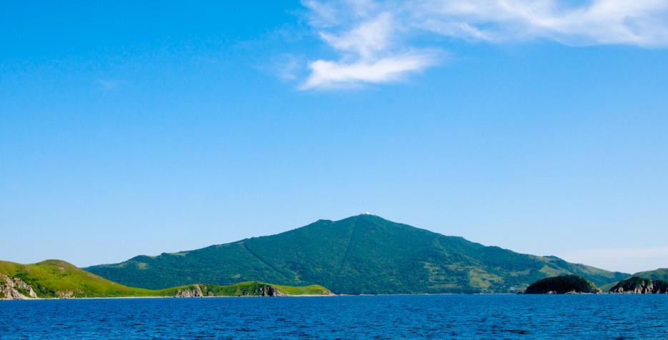 Береговые скалы в бухте Галечная на полуострове Гамова. Гора Туманная. | Андреевка - Гамов