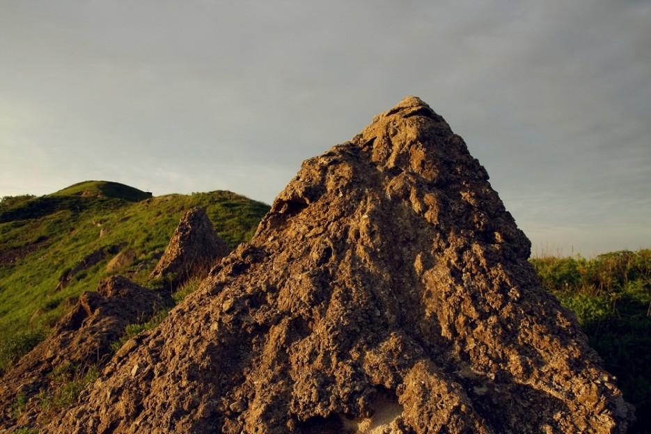 Некие искусственные  насыпи в лучах заката.   остров Аскольд