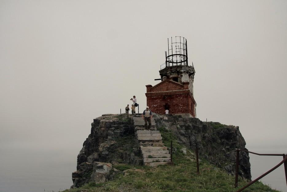 Старый маяк. Полностью заброшен и прилично разрушен.   остров Аскольд