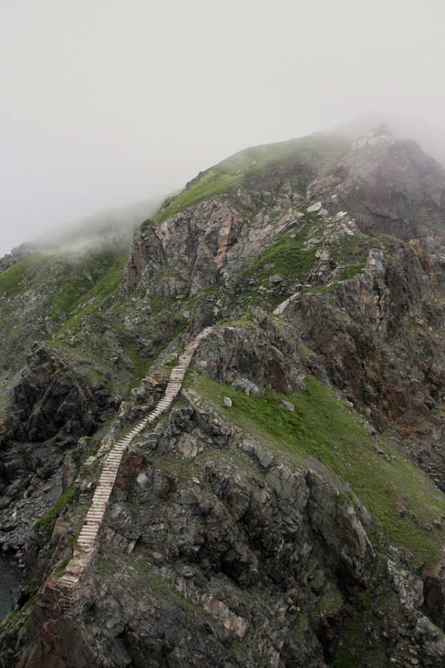 Старая гранитная лестница к маяку обрывается между скалами. | остров Аскольд