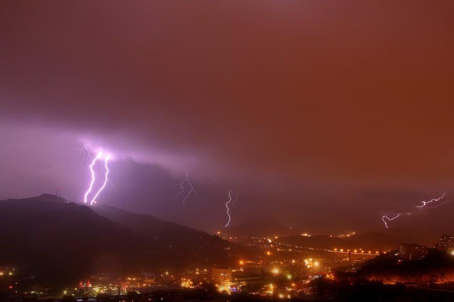 Гроза над городом. Мощный разряд по г. Холодильник ! | Владивосток моими глазами
