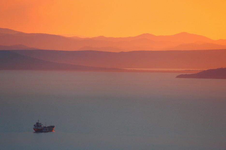 Амурский залив. Очертания Хасанского района на закате. | Владивосток моими глазами
