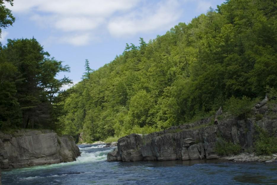 Кема - прекрасная чистая река. Отличное место для сплава, рыбалки и просто отдыха!   Сияние северного Приморья
