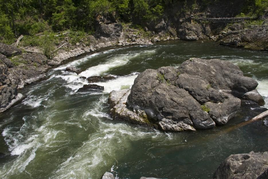 Кема - прекрасная чистая река. Отличное место для сплава, рыбалки и просто отдыха! Река окружает маленький каменный островок, который напоминает черепаху. | Сияние северного Приморья