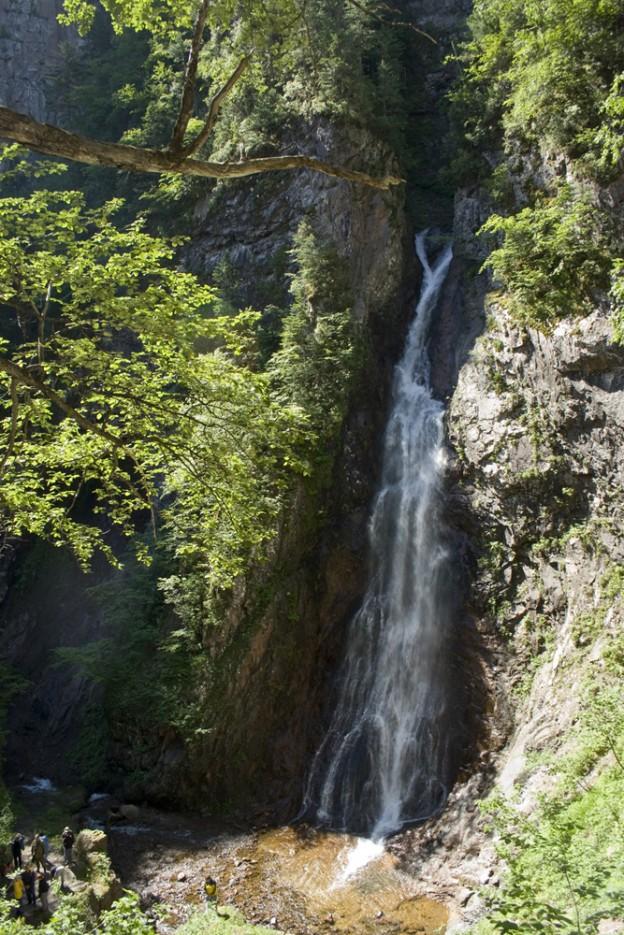 Черный Шаман (Амгинский водопад) высотой примерно 35 метров. Незабываемые ощущения при подходе к нему. | Сияние северного Приморья
