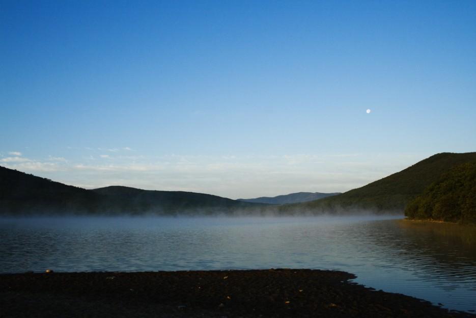 Утро на Духовских озерах. Прекрасное место: несколько озер с теплой водой и всего в нескольких десятках метрах холодный Тихий океан | Сияние северного Приморья