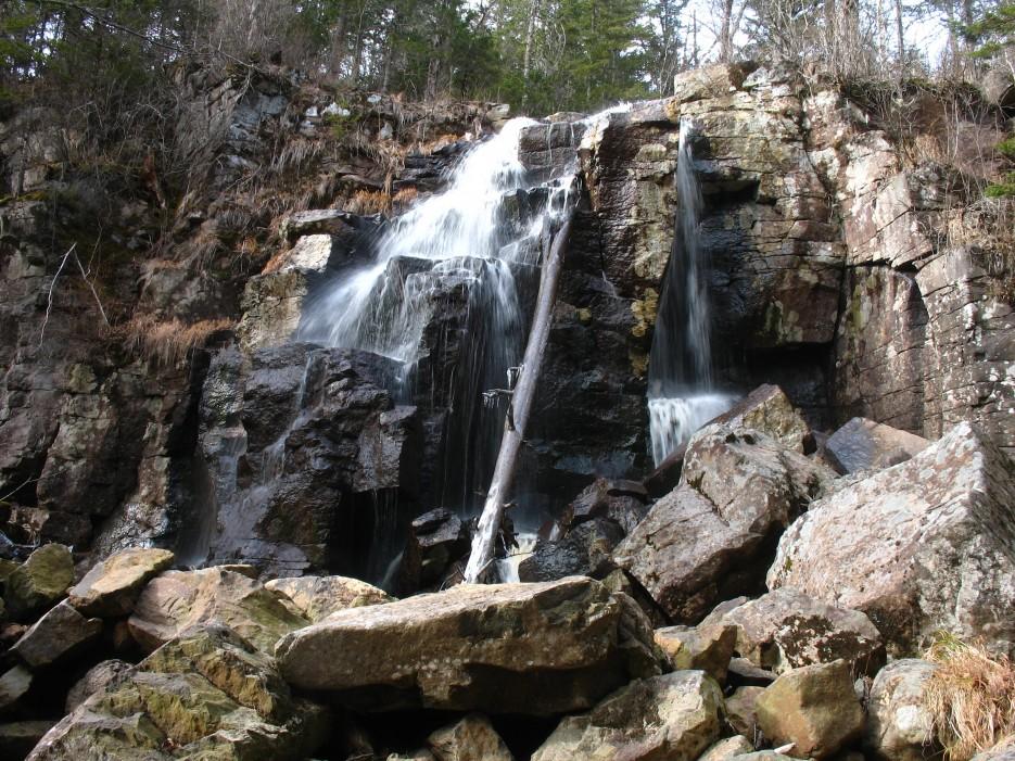 Водопад Тигровый. Шкотовское плато.   Водопады Горбатый и Тигровый поздней осенью.