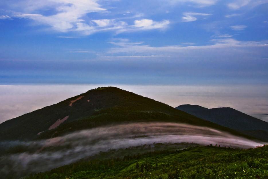 Перья тумана гуляют по хребтине большого Воробья.   Хребет Большой Воробей, г.Туманная