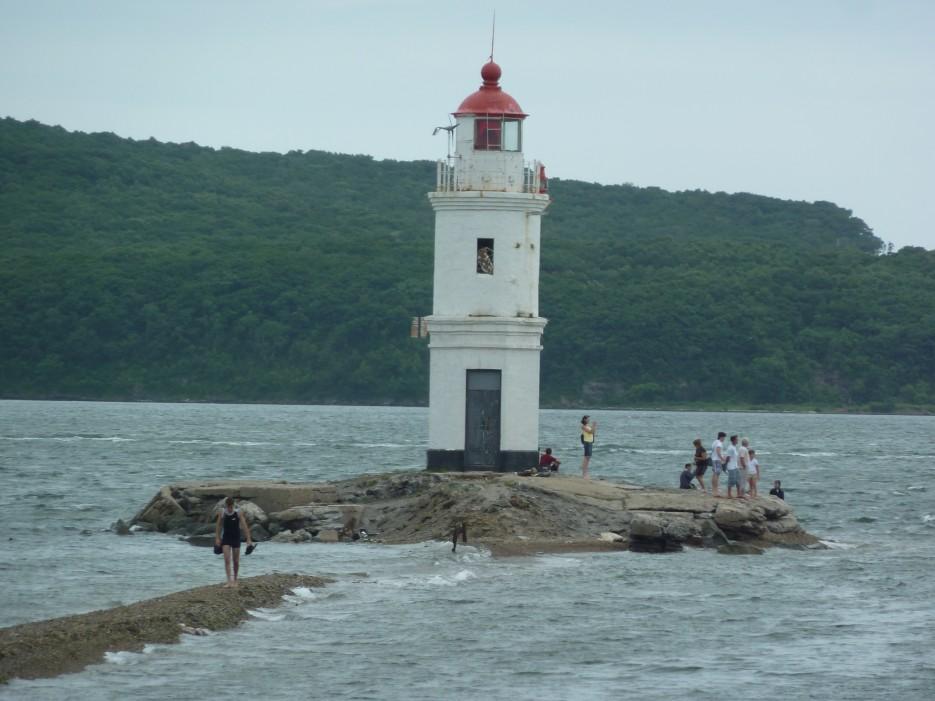 Прилив заливает перешеек ведущий к маяку   Походы на остров Русский