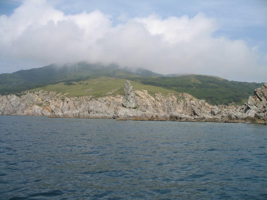 Гора туманная. Как и положено в тумане. Полуостров Гамова. Хасанский район. | Морская прогулка вокруг полуострова Гамова.
