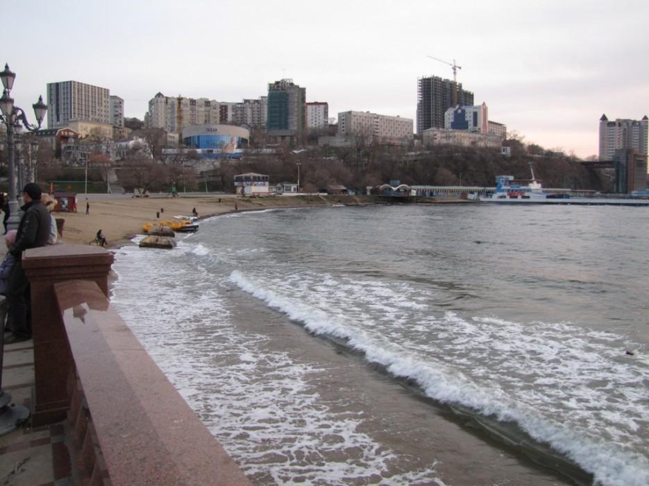 пляж на набережной   Владивосток