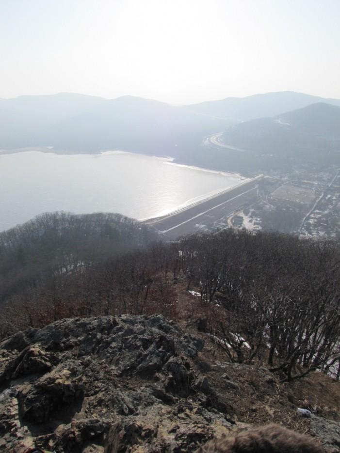 вид со скальника   хребет Центральный и Седанкинское водохранилище