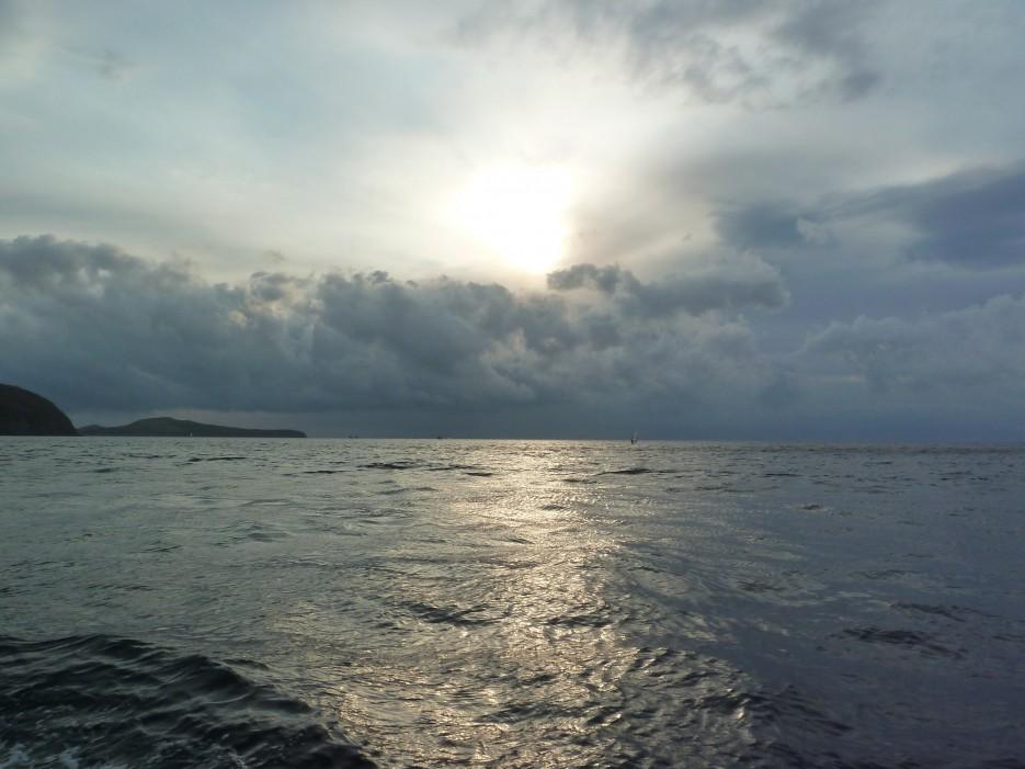 Солнце пробивается сквозь тучи | Походы на остров Русский