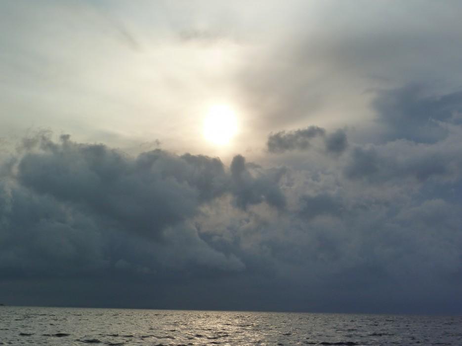 Какое небо грозное | Походы на остров Русский