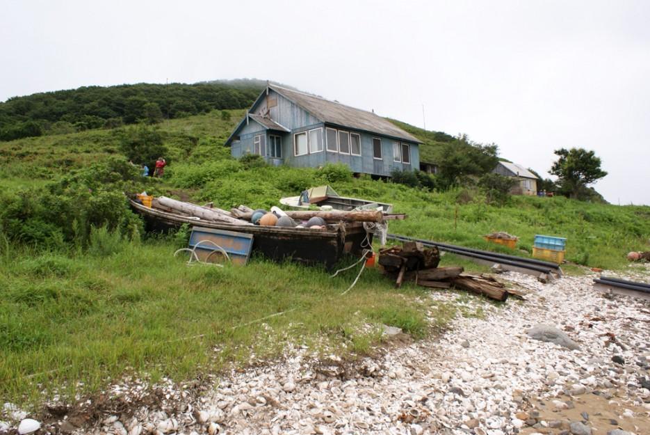 На берегу. | Мыс Островок Фальшивый и остров Фуругельма