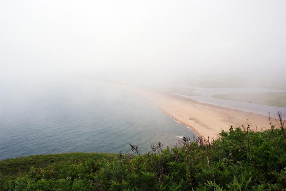 Густой туман понемногу начал рассеиваться и показалась песчаная коса. | Мыс Островок Фальшивый и остров Фуругельма