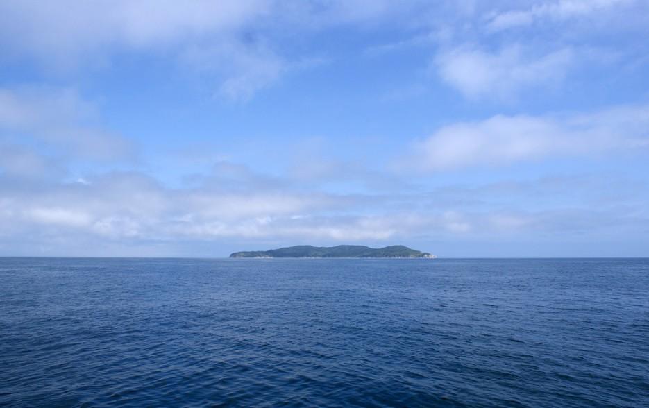 И вот вдали показался остров Фуругельма. | Мыс Островок Фальшивый и остров Фуругельма