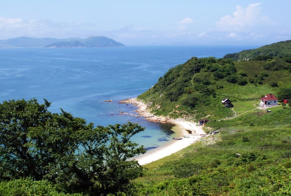 Вид на бухту.   Мыс Островок Фальшивый и остров Фуругельма