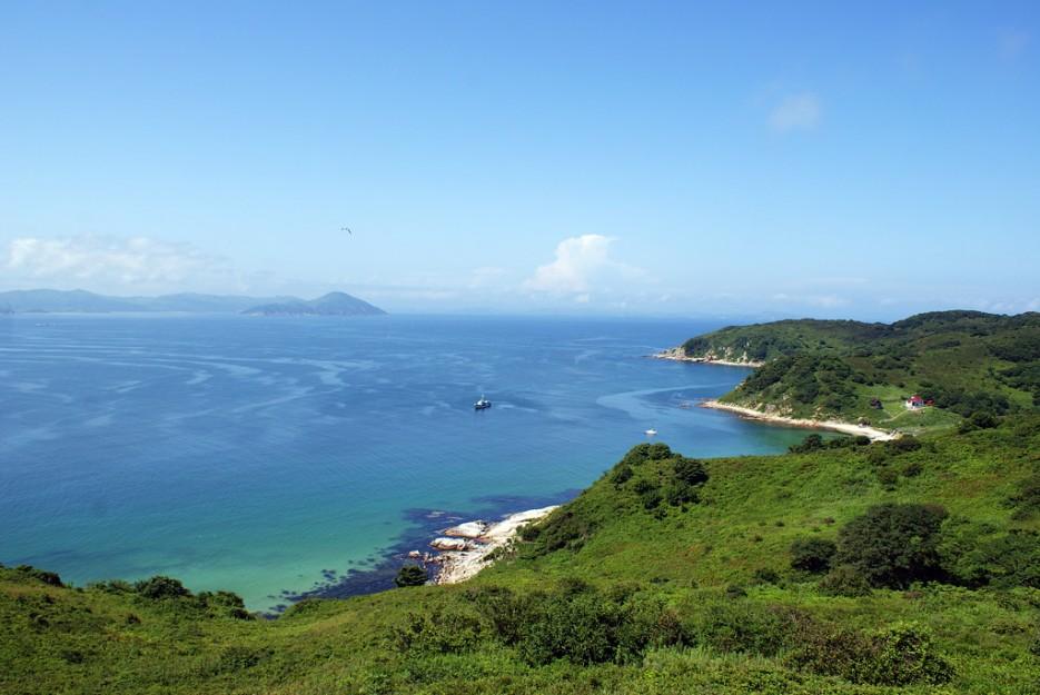 Вид с самого верха.   Мыс Островок Фальшивый и остров Фуругельма