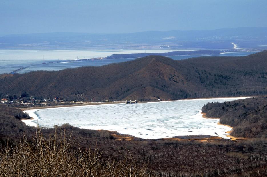 Вид на Седанкинское водохранилище с 6 форта.   Ботанический сад и Седанкинское водохранилище. Зима-Весна.