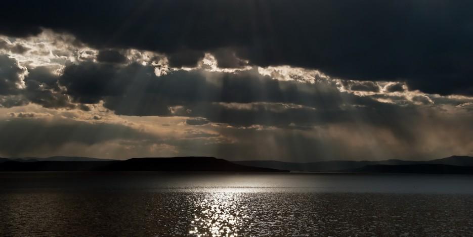 Пробивающийся свет, сквозь плотные тучи. Над полуостровом Песчаным. | Природа Приморского края. Разное.