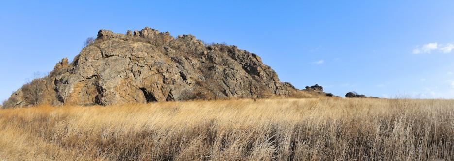 Скальная гряда как гребень динозавра на полуострове Краббе. | Панорамы Хасана.