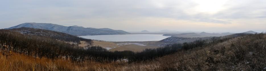 Вид на озеро Родниковое со стороны горы Бутакова, горы Острено, горы Мраморная | Панорамы Хасана.