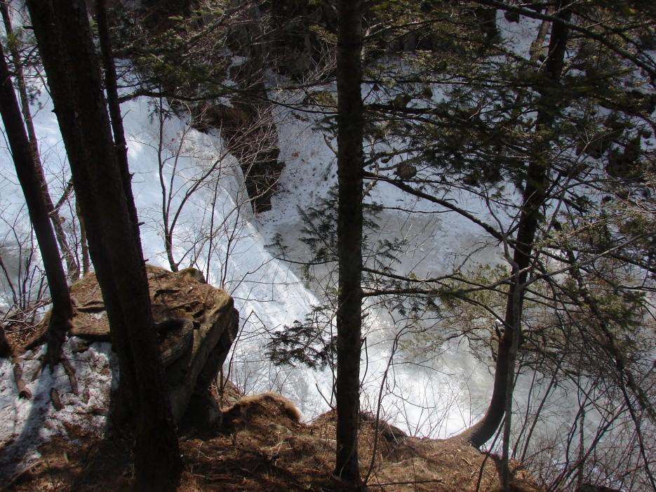 08.Вид сверху на дно ущелья ключа Лев.Горбатов. | 1.04.2012 года. Водопад Горбатов. Шкотовское плато.