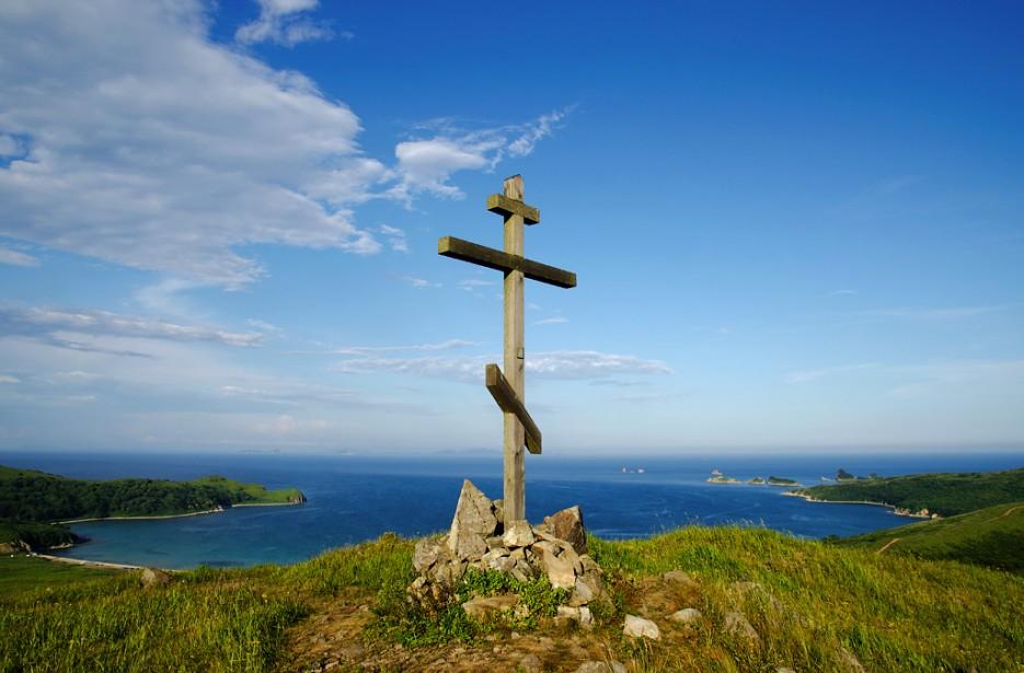 А над бухтой возвышается крест. | Бухта Астафьева. Полуостров Гамова. Южное Приморье.