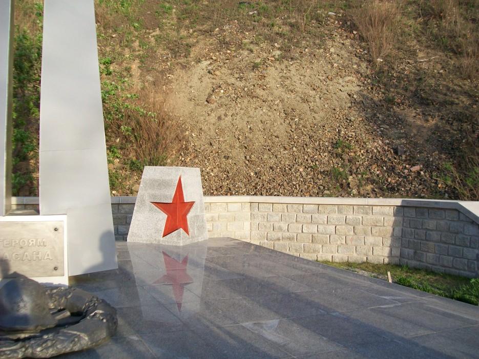 Памятник героям Хасана   Походы на остров Русский