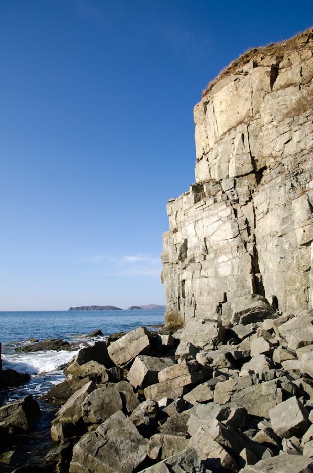 Скалы на Южном береге острова. | Острова Энгельма и Лаврова. Южное побережье острова Русский. Залив Петра-Великого.