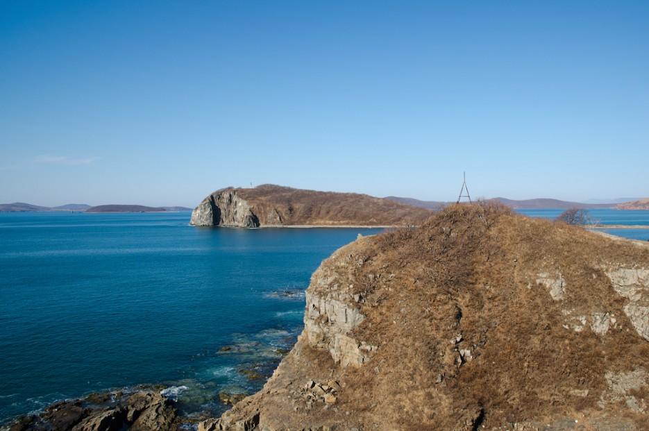 Вид на остров Лаврова и светящий знак.   Острова Энгельма и Лаврова. Южное побережье острова Русский. Залив Петра-Великого.