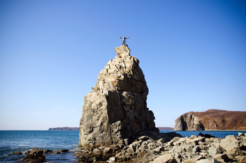 На вершине кекура. | Острова Энгельма и Лаврова. Южное побережье острова Русский. Залив Петра-Великого.