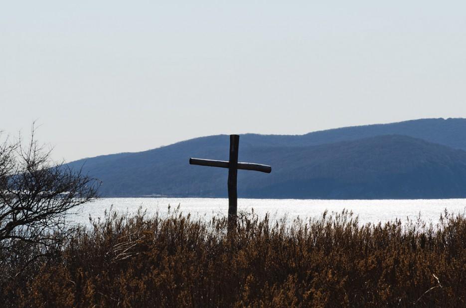 Крест на самом верху острова Лаврова.   Острова Энгельма и Лаврова. Южное побережье острова Русский. Залив Петра-Великого.