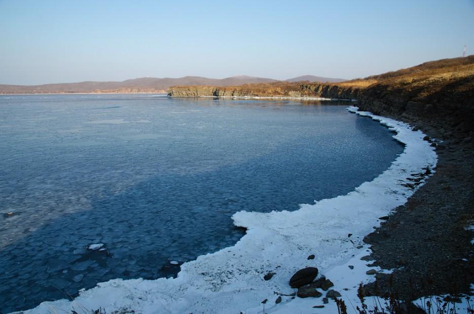 Промёрзшее побережье полуострова Тобизина.   Полуостров Тобизина и мыс Вятлина. Юго-восточное побережье острова Русский. Весна.