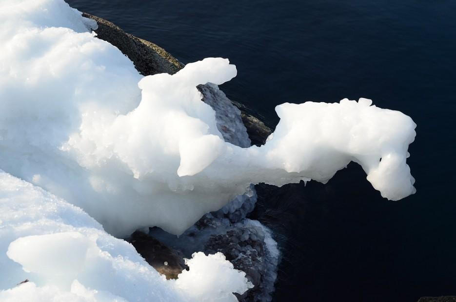Изгибы льда. Мыс Тобизина. | Полуостров Тобизина и мыс Вятлина. Юго-восточное побережье острова Русский. Весна.