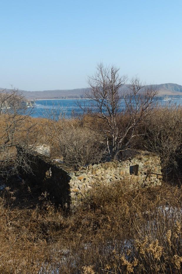 Какие-то развалины. Полуостров Тобизина. | Полуостров Тобизина и мыс Вятлина. Юго-восточное побережье острова Русский. Весна.